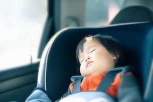 チャイルドシートで眠る赤ちゃんの写真素材 [FYI04641841]