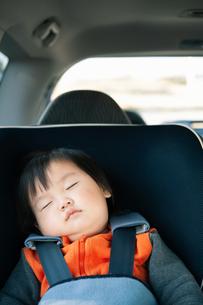 チャイルドシートで眠る赤ちゃんの写真素材 [FYI04641842]