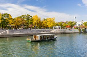 元安川世界遺産航路を行く遊覧船の写真素材 [FYI04641878]