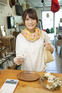 レジで支払いをする女性の写真素材 [FYI04641895]