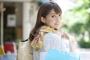 買い物袋を持つ女性の写真素材 [FYI04641919]