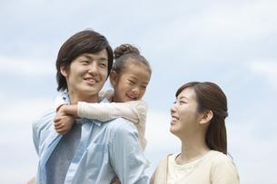 笑顔の家族3人の写真素材 [FYI04642181]