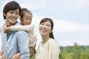 笑顔の家族3人の写真素材 [FYI04642182]