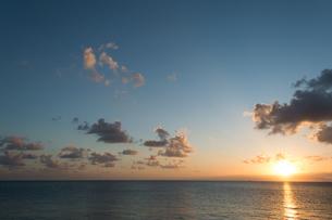 オレンジ色の夕日と日の光が反射する海の写真素材 [FYI04642325]