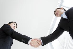 握手をするビジネスウーマンの写真素材 [FYI04642341]