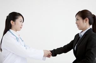 女医と話すビジネスウーマンの写真素材 [FYI04642346]