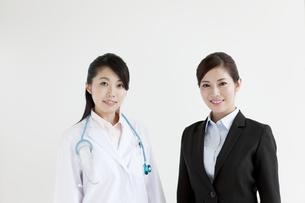 女医とビジネスウーマンの写真素材 [FYI04642348]
