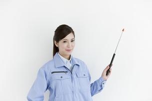 作業服の女性の写真素材 [FYI04642386]