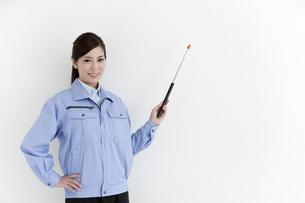 作業服の女性の写真素材 [FYI04642387]