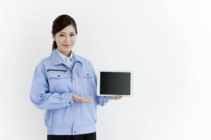 作業服の女性の写真素材 [FYI04642388]