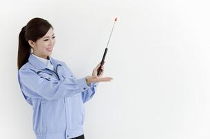 作業服の女性の写真素材 [FYI04642389]