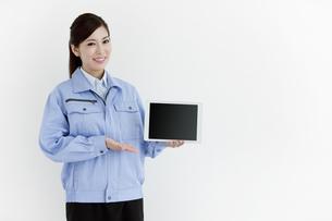 作業服の女性の写真素材 [FYI04642390]