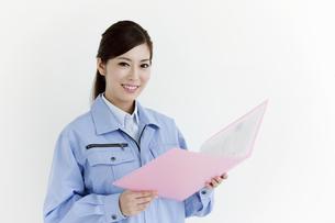 作業服の女性の写真素材 [FYI04642391]