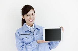 作業服の女性の写真素材 [FYI04642392]
