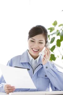 作業服の女性の写真素材 [FYI04642393]