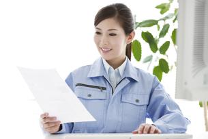作業服の女性の写真素材 [FYI04642394]