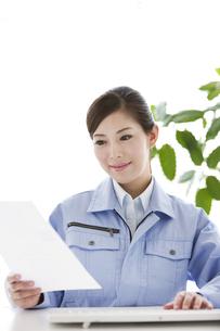 作業服の女性の写真素材 [FYI04642395]