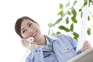 作業服の女性の写真素材 [FYI04642396]