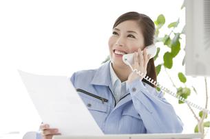 作業服の女性の写真素材 [FYI04642397]
