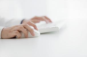 マウスを操作する手元の写真素材 [FYI04642405]