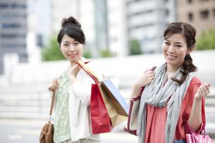 ショッピングをする女性の写真素材 [FYI04642423]