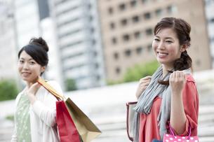 ショッピングをする女性の写真素材 [FYI04642427]