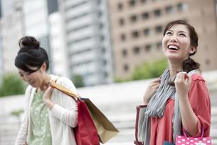 ショッピングをする女性の写真素材 [FYI04642428]