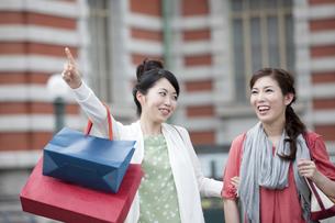 ショッピングをする女性の写真素材 [FYI04642431]