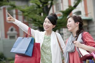 ショッピングをする女性の写真素材 [FYI04642432]