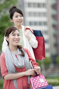 ショッピングをする女性の写真素材 [FYI04642433]