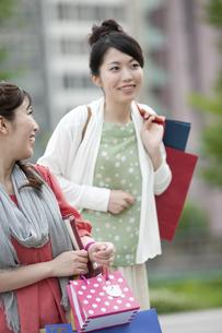 ショッピングをする女性の写真素材 [FYI04642435]