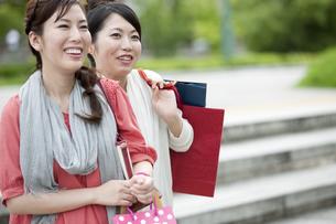 ショッピングをする女性の写真素材 [FYI04642437]