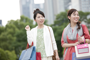 ショッピングをする女性の写真素材 [FYI04642441]