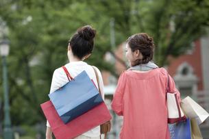 ショッピングをする女性の写真素材 [FYI04642445]