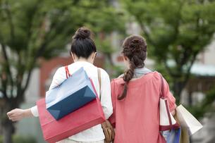 ショッピングをする女性の写真素材 [FYI04642447]