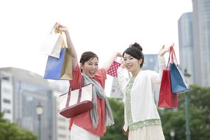 ショッピングをする女性の写真素材 [FYI04642449]