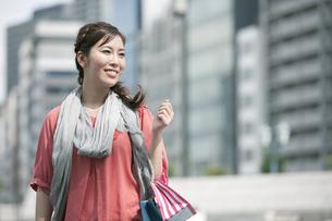 ショッピングをする女性の写真素材 [FYI04642470]