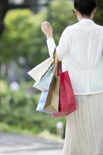 ショッピングをする女性の写真素材 [FYI04642485]