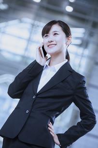 電話をするビジネスウーマンの写真素材 [FYI04642515]