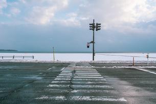 寒い雪国の信号機と横断歩道の様子の写真素材 [FYI04642542]