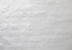 白い塗装のモルタル壁の写真素材 [FYI04642569]