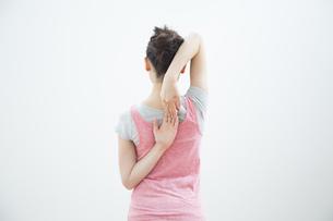 ストレッチをする女性の写真素材 [FYI04642647]