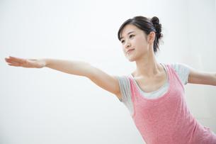 ヨガをする女性の写真素材 [FYI04642651]