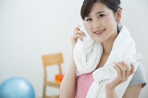 汗を拭く女性の写真素材 [FYI04642680]