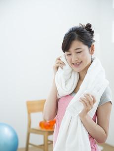 汗を拭く女性の写真素材 [FYI04642683]