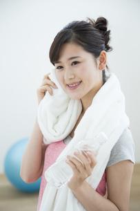 汗を拭く女性の写真素材 [FYI04642684]