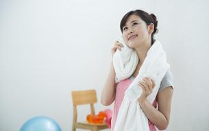 汗を拭く女性の写真素材 [FYI04642685]