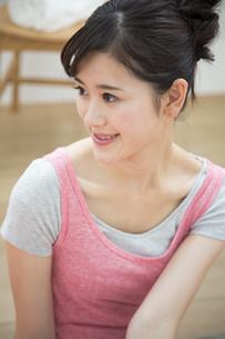 スポーツウェアを着る女性の横顔の写真素材 [FYI04642687]