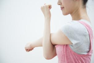 ストレッチをする女性の写真素材 [FYI04642693]