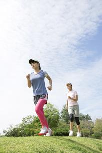 ジョギングをする親子の写真素材 [FYI04642860]
